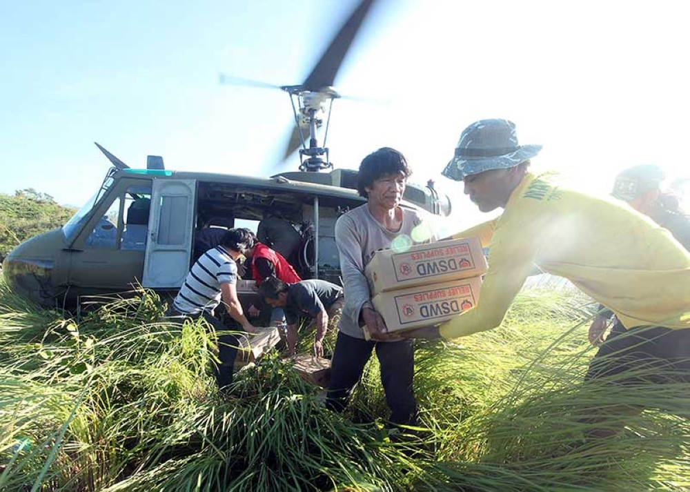 BENGUET. Villagers from Ansagan in Tuba, Benguet receive relief goods from DSWD airlifted by the Philippine Air Force-Tactical operations group 1. The Philippine Air Force has airlifted close to 25,000 kilograms of assorted food and non-food relief items to isolated villages in Benguet and Nueva Vizcaya in the aftermath of Typhoon Ompong. (Jean Nicole Cortes)