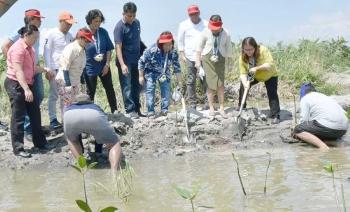 LUBAO. House Speaker Gloria Macapagal Arroyo, Mayor Mylyn Cayabyab, Senator Cynthia Villar and Governor Lilia Pineda lead the planting of mangroves along Lubao River on Thursday during the 'Manila Bay: Gawing MMK' cleanup drive. (Jun Jaso/Pampanga PIO)