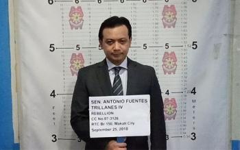 Gidakop. Si Senador Antonio Trillanes IV gikuhaan og mugshot sa kapulisan sa Makati City human siya gidakop pinasikad sa warrant of arrest sa korte. (SUNNEX gikan sa NCRPO)