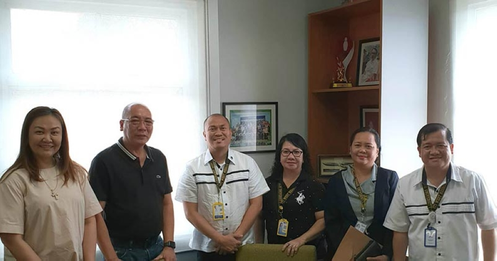 BACOLOD. Bacolod City Vice Mayor El Cid Familiaran (2ndfrom left) and Councilor Em Ang (left) meet with STI- West Negros University (WNU), represented by (from left) executive vice president Ryan Mark Molina, Daisy Mae Octavio, Sharon Bermejo, and Rey Eslabon, at the Government Center Tuesday. (Contributed Photo)