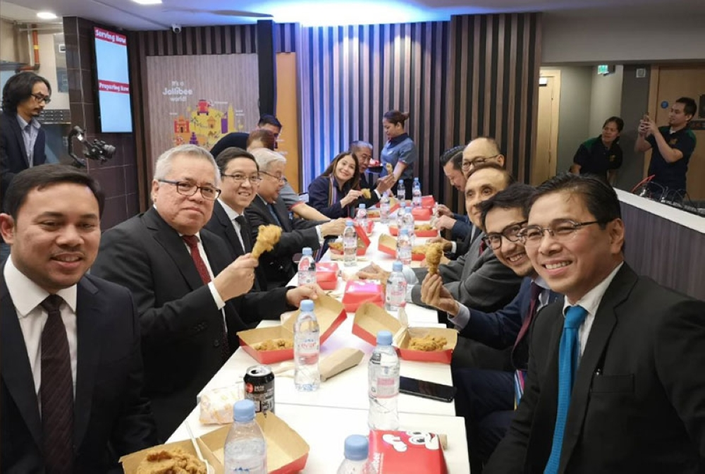 LONDON. Philippine officials get a taste of the first batch of Chicken Joy and Yum Burger served in London. (Photo from DTI Twitter)