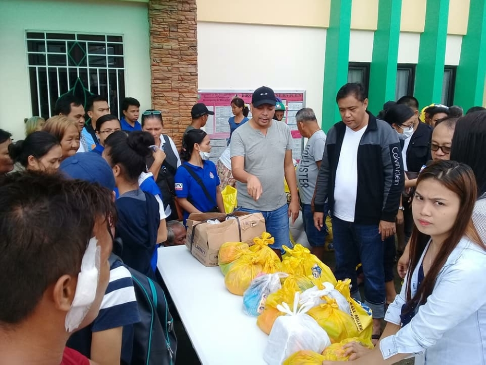 MASANTOL. Mayor Danilo Guintu and incumbent Councilor Boboy Lacap facilitate the recent distribution of relief packs to flooded Masantoleños. Guintu is set to seek re-election while Lacap is reportedly pushed to run for vice-mayor in the coming May 2019 polls. (Princess Clea Arcellaz)