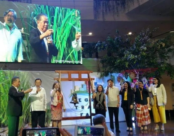 MAKATI. Negros Occidental Governor Alfredo Marañon Jr. (left), along with DBP chairman Alberto Romulo (2nd from left), ANP president Christina Gaston (2nd from right), event chair Catherine Cusi-Lobaton (4th from left), and top executives of Ayala Land Inc. and Ayala Malls, leads the opening of the 33rd Negros Trade Fair at the Glorietta Activity Center in Makati City last night.(Michellin Lacson)