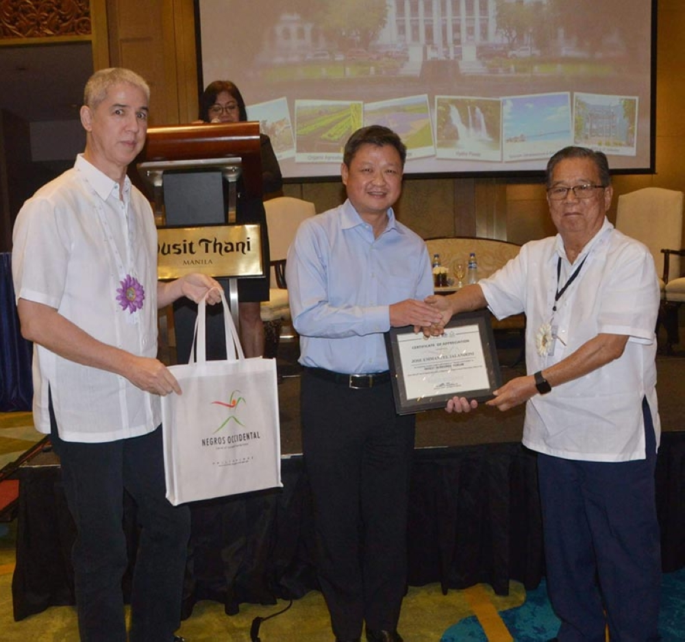 Governor Alfredo Marañon Jr. (right) and Vice Governor Eugenio Jose Lacson (left) present the token and certificate of appreciation to Jose Emmanuel Jalandoni, senior vice president and head of Ayala Malls, as one of the panelists during the