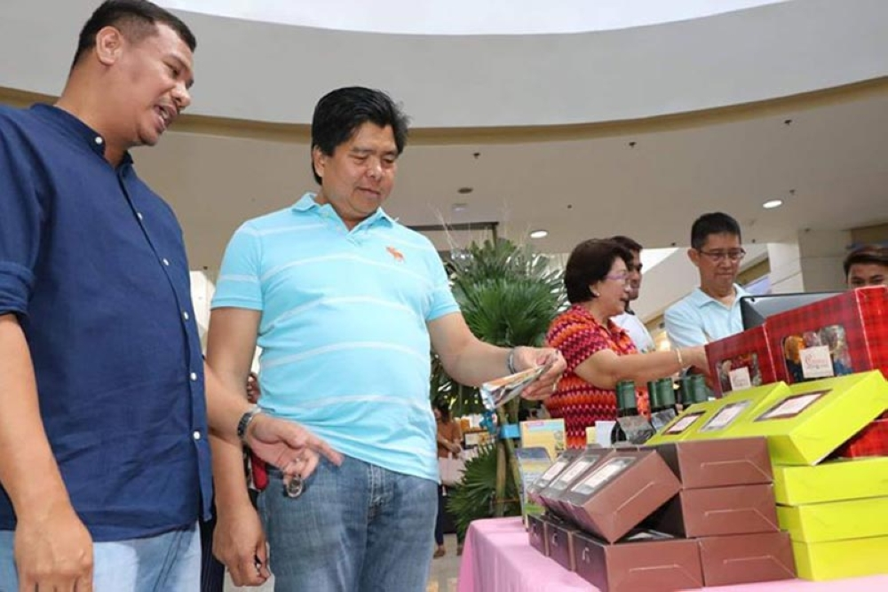 PAMPANGA. Magalang Tourism Officer Ryan Miranda (L) shows Giant Lantern Festival 2018 Executive Committee Chairman Engr. Alex F. Patio home-made products produced by local manufacturers in Magalang town during Thursday's (September 27) Central Luzon Tourism and Trade Fair at Robinsons Starmills, City of San Fernando, Pampanga. (Chris Navarro)