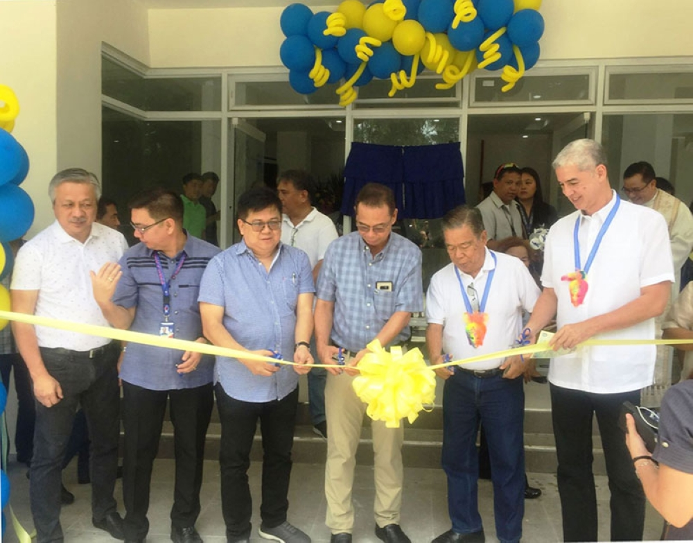 BACOLOD. Negros Occidental Governor Alfredo Marañon Jr. (2nd from right) together with Vice Governor Eugenio Jose Lacson, Angkla party-list Representative Jesulito Manalo, Second District Representative Leo Rafael Cueva, Marina-6 director Rizal Victoria, among others, at the ribbon-cutting ceremony during the inauguration of the Marina-6 regional office at the Panaad Park in Bacolod City, Friday. (Photo courtesy of the Provincial Capitol)