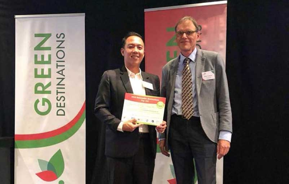 NETHERLANDS. San Carlos City tourism officer Philip Gerard Maisog (left) receives the 2018 Top 100 Sustainable Destinations recognition from Albert Salman, president of Green Destinations Top 100 Selection Panel, in rites held at Lindenberg Home for the Arts, Nijmegen in The Netherlands on Thursday. (Contributed Photo)