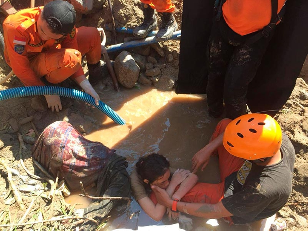 PALU. Indonesia rescue team evacuate a women from damage following earthquakes and a tsunami in Palu, Central Sulawesi, Indonesia, Sunday, September 30, 2018. A tsunami swept away buildings and killed large number of people on the Indonesian island of Sulawesi, dumping victims caught in its relentless path across a devastated landscape that rescuers were struggling to reach Saturday, hindered by damaged roads and broken communications. (AP)