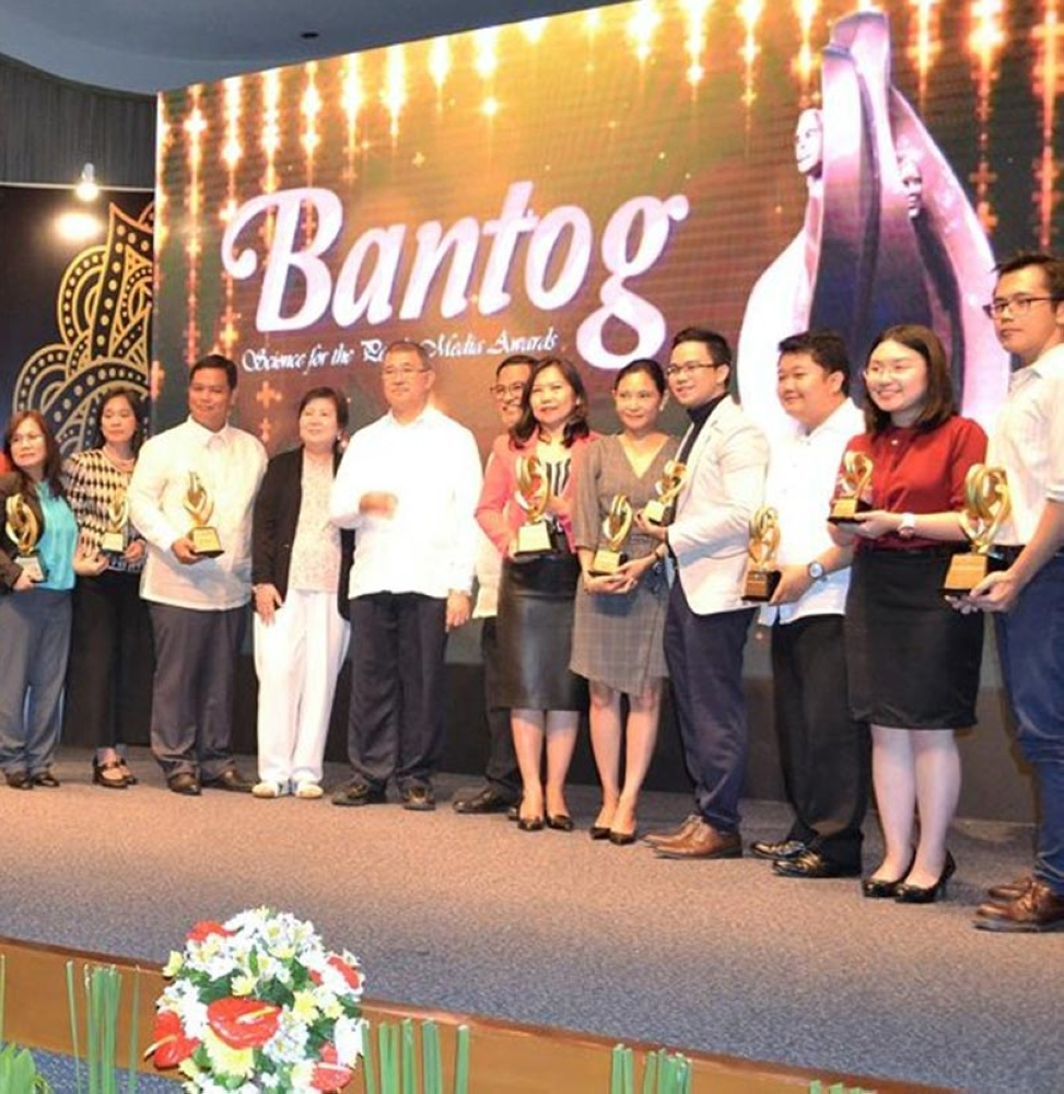 AWARDEE. SunStar reporter Ian Ocampo Flora (3rd, L) joins other winners of the Bantog: Science for the People Media Awards. With them are STII Director Richard Burgos, Dean Dr. Ma. Theresa Velasco of the College of Development Communication of University of the Philippines Los Banos and DOST Sec. Fortunato dela Peña. (Contributed Photo)