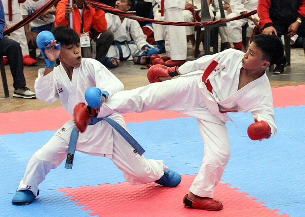 ON FIRE. Baguio's Ibara Leo (red) strikes his foe Radil Gadwin (blue) from Ilocos during the kumite-150cm bout in the recently concluded Batang Pinoy National Championships where the city reclaimed the over-all crown. (Jean Nicole Cortes)