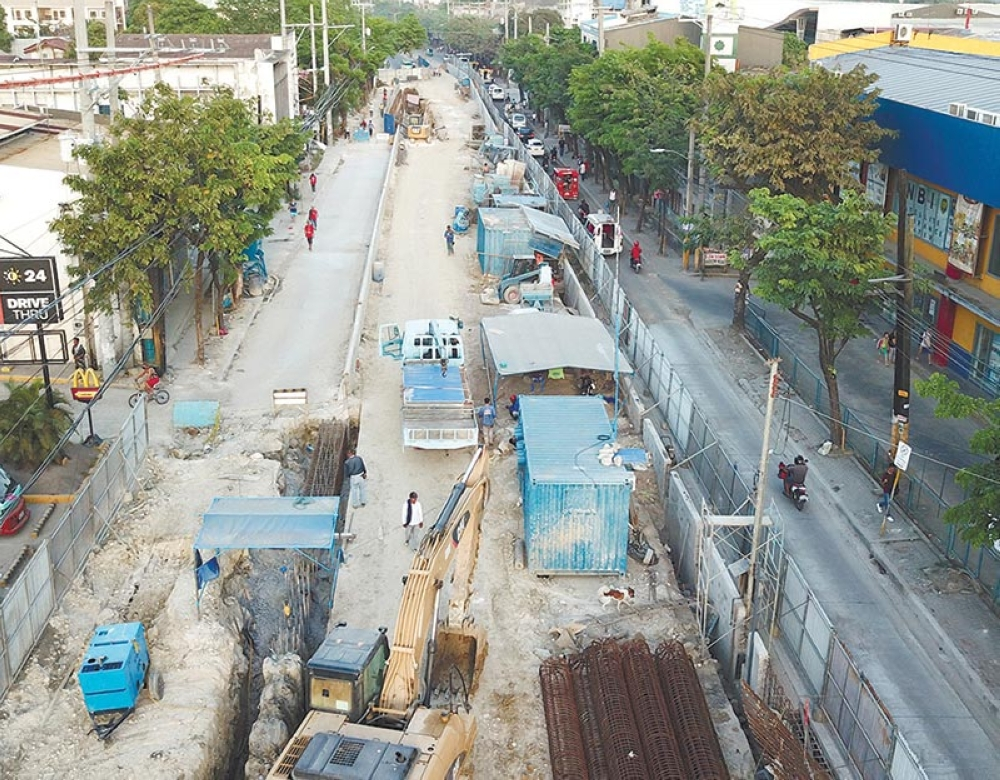 A HEADACHE FOR COMMUTERS. Traffic brought about by road repairs such as this one in Mambaling is a turn off for foreign property buyers, brokers say. (SunStar file)