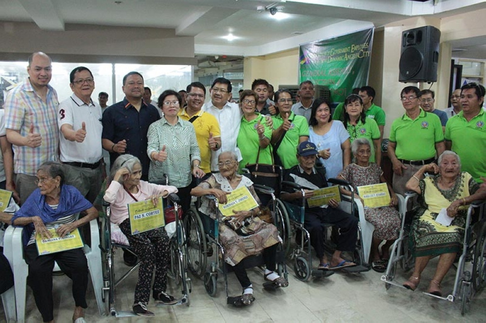 PAMPANGA. Angeles City Mayor Edgardo Pamintuan and Senator JV Ejercito join Angeleño senior citizens shortly after Monday's awarding ceremony recognizing their important role in their respective communities. With them are OSCA Head Gloria Tanhueco (4th, L), City Communications Officer Jay Pelayo IV (L), Barangay Captain Jeremias Alejandrino of Pandan (2nd L), and employees of the city government. (Contributed photo)
