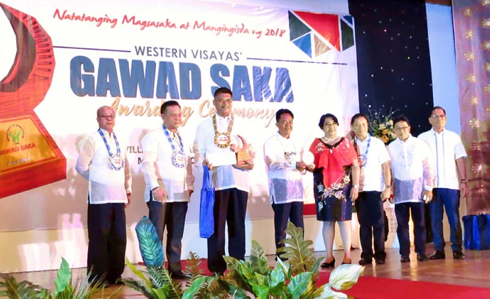 ILOILO. Antonio Jesus Orbida (3rd from left) receives the Regional Gawad Saka award as outstanding coconut farmer from Department of Agriculture Region 6 Director Remelyn Recoter (4th from right) in rites held at Punta Villa Resort and Convention Center in Iloilo City on Monday. Also in photo are Philippine Coconut Authority Region 6 Manager Brendan Trasmonte (3nd from left), Provincial Agriculturist Japhet Masculino (3rd from right), and Binalbagan Municipal Agriculturist Cesar Gayem (2nd from right). (Contributed Photo)
