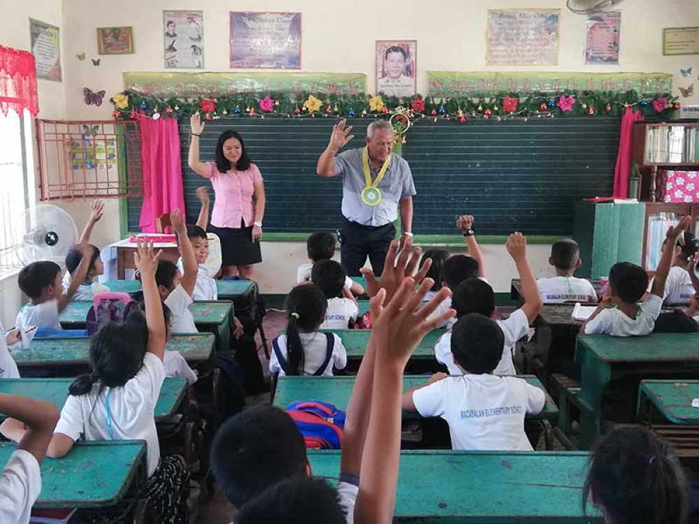 CAGAYAN DE ORO. City mayor Oscar Moreno teaches Grade 3 students of Macabalan Elementary School Wednesday, October 3 on National Heroes. Moreno represents the city government in its partnership with the Teach for the Philippines. (PJ Orias)