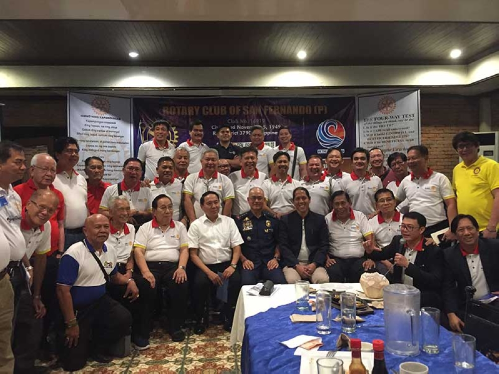 PNP Chief Oscar Albayalde poses with members of Rotary Club of San Fernando (P) during the group's weekly meeting on Wednesday held at the Max's Restaurant Villa del Sol. (Princess Clea Arcellaz)