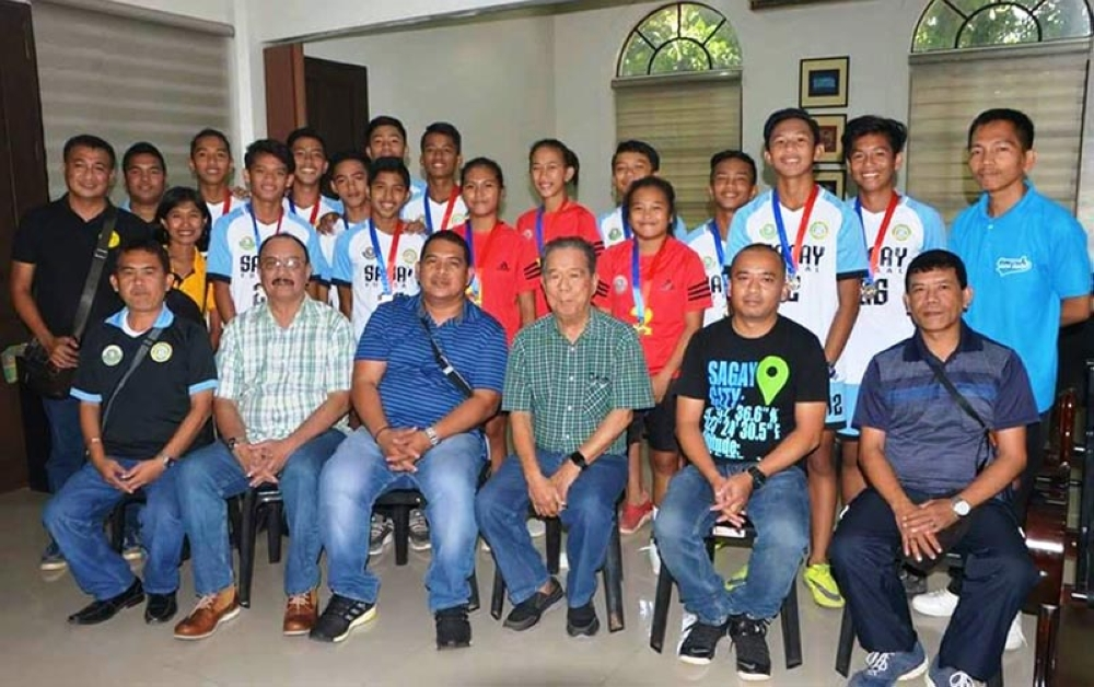 BACOLOD. Sagay City's sepak takraw girls team and futsal boys team during the courtesy visit to Governor Alfredo Marañon Jr. (Photo by Capitol PIO)