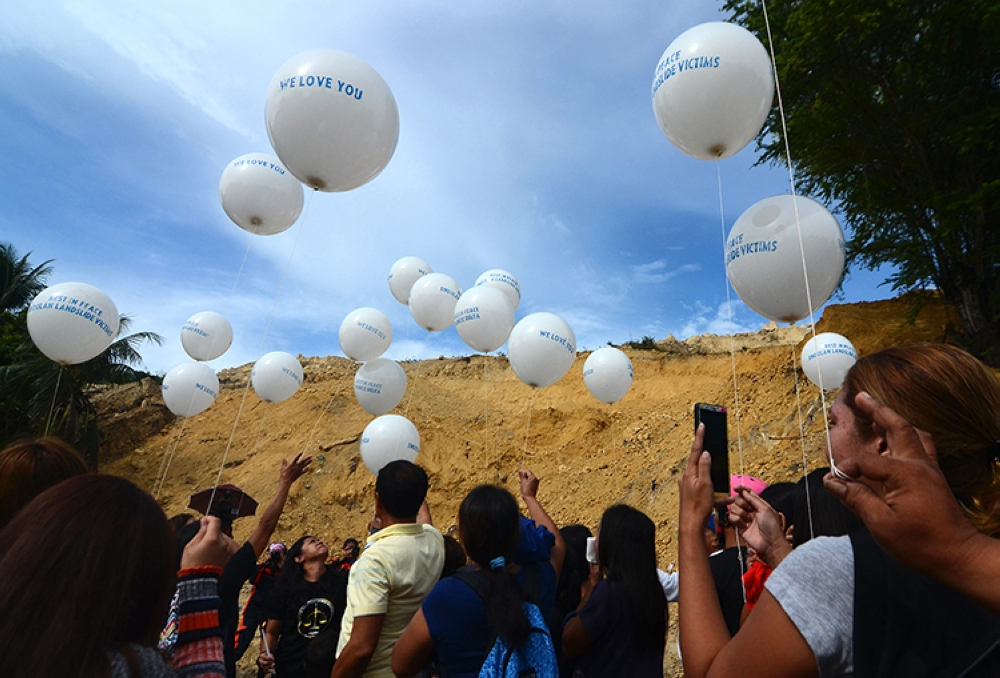 Mourning balloons. Families of the victims in Tina-an, Naga City flew balloons and offered prayers for their lost loved ones. (SunStar Foto / Alan Tangcawan)