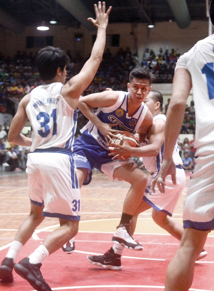 BARRELING THROUGH. Reserve forward Kevin Villafranca barrels his way through three Makati defenders in an attempt to score a basket in the Cebu City Shark's first home game. (SunStar foto / Arni Aclao)