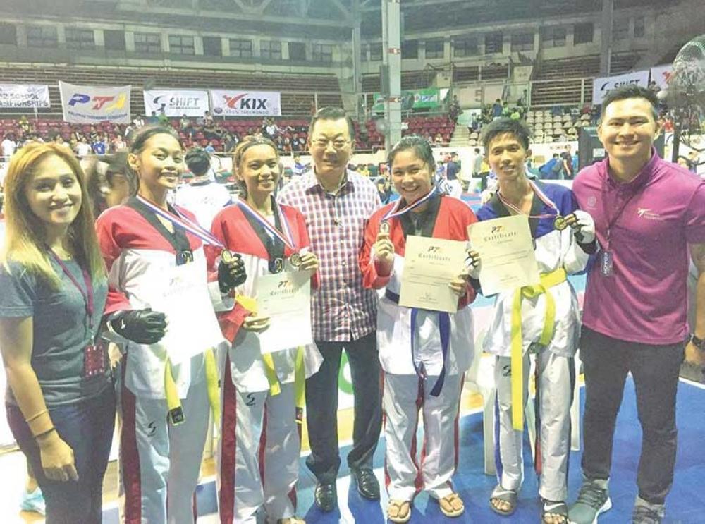 ANG Team Kaizen Davao jins ug coaches malipayon human sa National Inter-School Taekwondo Championships 2018 didto sa Rizal Memorial Stadium sa Manila niadtong Septyembre 30. (Gipaambit nga hulagway)
