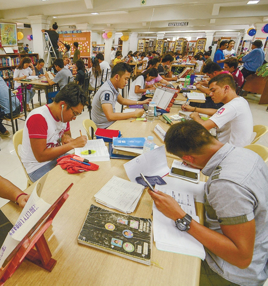 REINVENTING READING. What can be done to turn us into a nation of readers? Aside from pouring more public and private support for libraries, stakeholders should tap new media and other resources to turn more Filipinos independent, committed readers. (file foto)