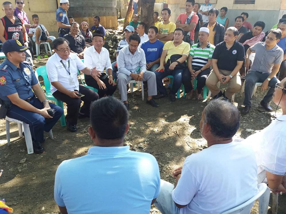 Magtinabangay. Ang mga dagkong opisyal sa Muslim community sa Sityo St. Michael, Barangay Pajac, Lapu-Lapu City ug mga kadagkuan sa kapulisan sa maong syudad ang nagtigom alang sa pagpalambo sa hugot nilang relasyon. (Lapu-Lapu Police)