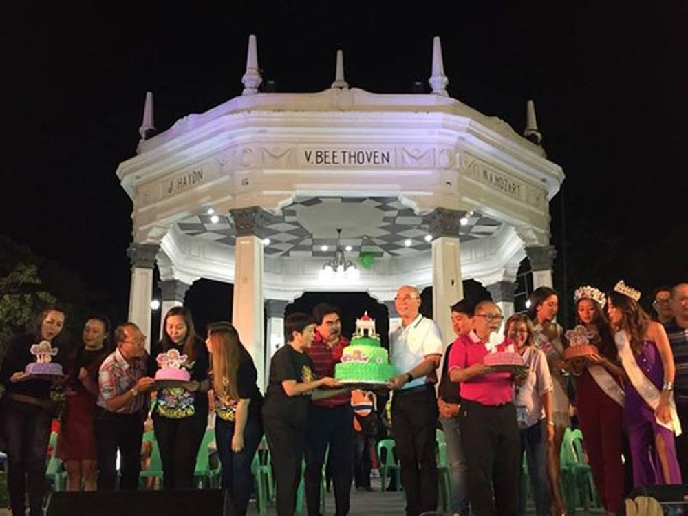 BACOLOD. Bacolod City officials led by Mayor Evelio Leonardia during the opening rites of the 39th MassKara Festival at the public plaza Monday. (Merlinda Pedrosa)