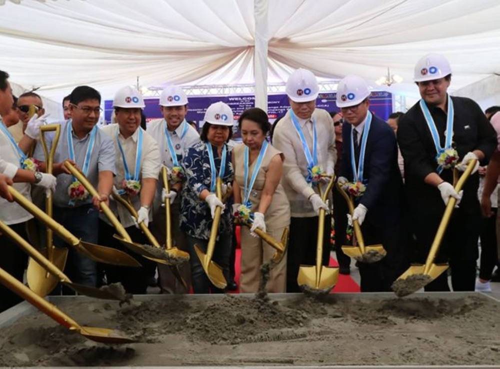 FLOOD CONTROL PROJECT. House Speaker Gloria Macapagal-Arroyo, DPWH Secretary Mark Villar, South Korean Ambassador Han Dong-Man, Gov. Lilia Pineda, Vice-Gov. Dennis Pineda, Fourth District Rep. Juan Pablo 'Rimpy' P. Bondoc and other officials led Tuesday's groundbreaking of the major flood control project in Pampanga. (Chris Navarro)