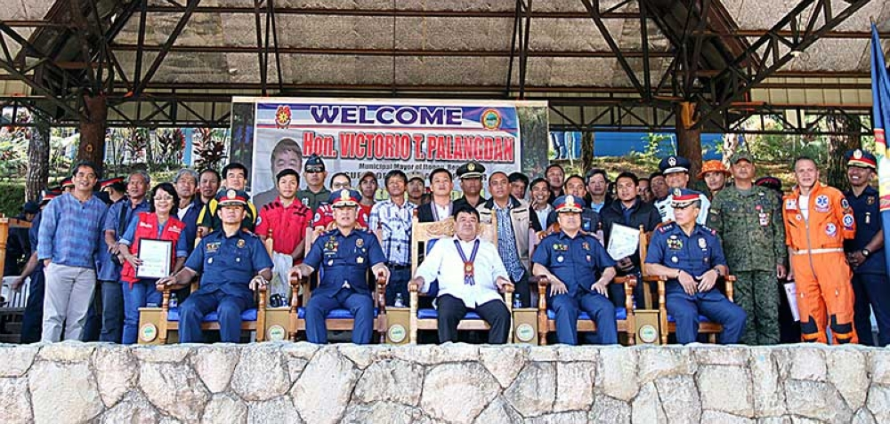 BAGUIO. In the parlance of radio lingo, the Police Regional Office–Cordillera (PRO-COR) and Itogon Mayor Victorio Palangdan express their gratitude for the selfless heroism of volunteers and uniformed personnel alike in the call to save a much life as they can during the onslaught of Typhoon Ompang last month. The Municipality Itogon was hardest hit in the country with 100 deaths and scores of missing. (Photo by JJ Landingin)