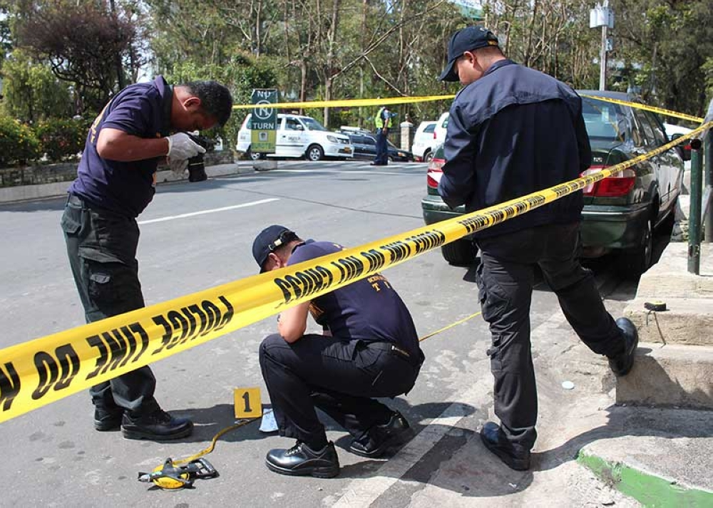 """BAGUIO. Scene of the crime operatives process the area where a suspected """"shabu"""" (methamphetamine hydrochloride) dealer in the city was caught after trying to escape from police. (Photo by Jean Nicole Cortes)"""