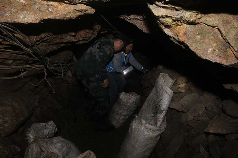 ITOGON. Itogon cops and barangay officials check on a small-scale mining tunnel before closing to prevent miners from entering the adits. (Photo by Jean Nicole Cortes)