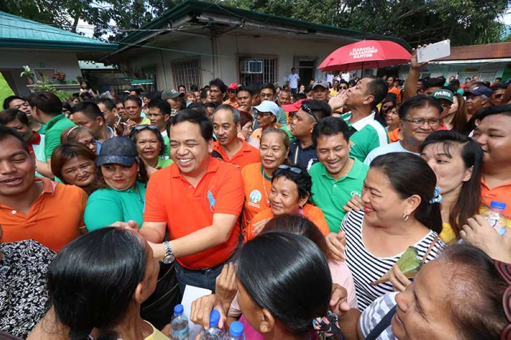 PAMPANGA. Comebacking Apalit Mayor Jun Tetangco and runningmate Mayor Peter Nucom, who will run for vice-mayor, are greeted by hundreds of supporters on Thursday, October 11, 2018 after filing their certificates of candidacy at the Comelec Apalit. (Photo by Chris Navarro)