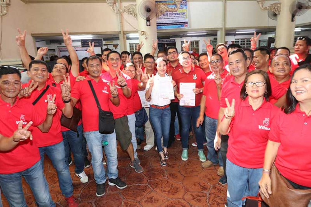 PAMPANGA. Liga ng mga Barangay president Vilma Caluag, together with incumbent and former barangay officials during the filing of her COC at the Comelec in the City of San Fernando on October 11, 2018. (Photo by Chris Navarro)