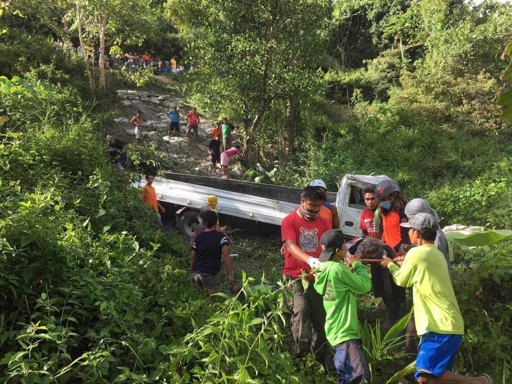 CEBU. Responders assist one of the persons injured when a truck falls off a cliff in Sitio Dalawan, Barangay Catang in Argao town, Cebu, Friday morning, October 12. (Photo courtesy of Argao Municipal Disaster Risk Reduction and Management Office)