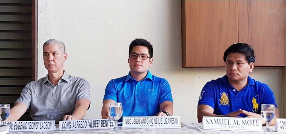 BACOLOD. Reelectionist Talisay Mayor Neil Lizares (center) with Vice Governor Eugenio Jose Lacson (left) and reelectionist Vice Mayor Samuel Siote in a press conference on Thursday. (Carla Cañet)