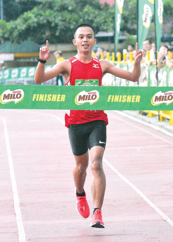 TOP FINISHERS. Si Keenan Caburnay (ibabaw) ug Ruffa Sorongon (tuo) nga mitabok sa finish line aron patigbabawan ang 42nd Milo Marathon Cebu leg kagahapon. (Amper Campana)