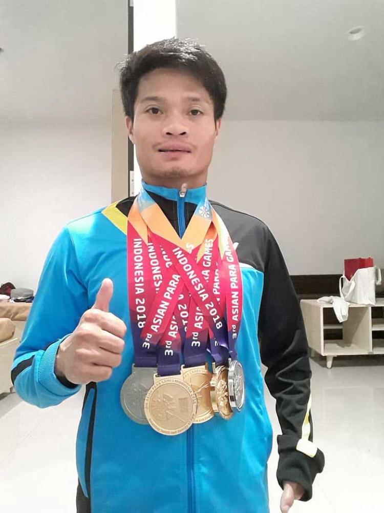DAVAO. Ang Paralympian swimmer Ernie Gawilan sa Davao City mi-thumb's up human milangoy og tulo ka gold medals ug duha ka silver alang Philippines sa 2018 Asian Para Games. (Ernie Gawilan Facebook account)