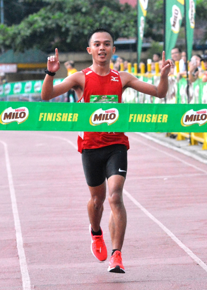 FIRST IN. Keenan Lou James Caburnay of Malaybalay, Bukidnon wins first place in his first stint in the Milo Marathon Cebu leg 21-kilometer race. (SunStar foto / Amper Campaña)