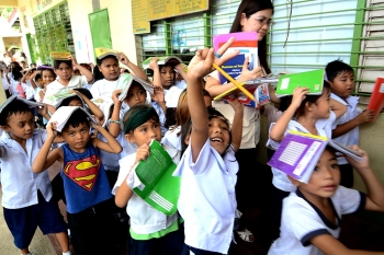 EARTHQUAKE DRILL. Students in Pasil Elementary School in Cebu City do their part during an earthquake drill. The drill was conducted by the Office of Civil Defense, Bureau of Fire Protection, Cebu City Disaster Risk Reduction Management Office, Philippine National Police and the Department of Education last August. (SunStar foto / Arni Aclao)
