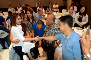 SUPPORTERS. Rep. Gwen Garcia (Cebu, 3rd district) shakes hands with an ally during a meeting of One Cebu, Lakas-CMD, PDP-Laban, Nacionalista Party and the NUP at the Cebu Grand Convention Center. (SunStar foto / Arni Aclao)
