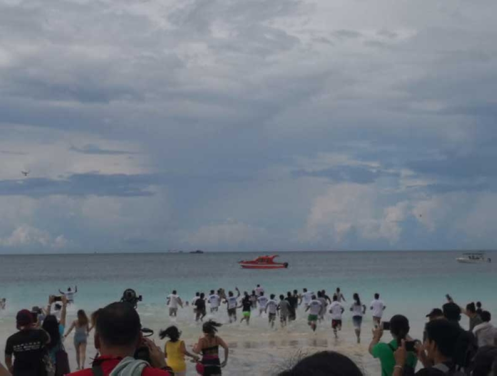 BORACAY. Guests rush to the water as Environment Secretary opens Boracay Island on October 15, 2018 for a 10-day dry run after a six-month shutdown to pave for its rehabilitation. (Photo from DENR Twitter)