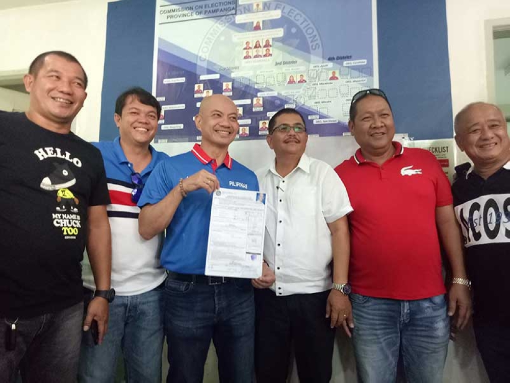 """PAMPANGA. Former Representative Joseller """"Yeng"""" Guiao shows his certificate of candidacy at the Commission on Elections on Monday, October 15. (Photo by Ian Ocampo Flora)"""
