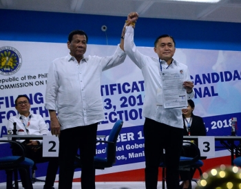 MANILA. President Rodrigo Duterte raises the right hand of his most trusted aide, Christopher Lawrence Go, after the latter filed his certificate of candidacy for the 2019 senatorial race on October 15, 2018. (Photo by Alfonso Padilla)