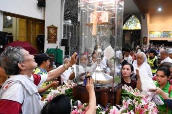 DAVAO. Midagsa ang liboan ka mga deboto ni St. Padre Pio niadtong Lunes sa gabii sa San Pedro Cathedral, dakbayan sa Davao aron makita ug magunitan ang