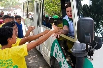 DAVAO. Bisan nagsakay sa bus sa Byaheng Do30 si Davao City Mayor Sara Duterte-Carpio, milamano gihapon sa mga Dabawenyo kinsa