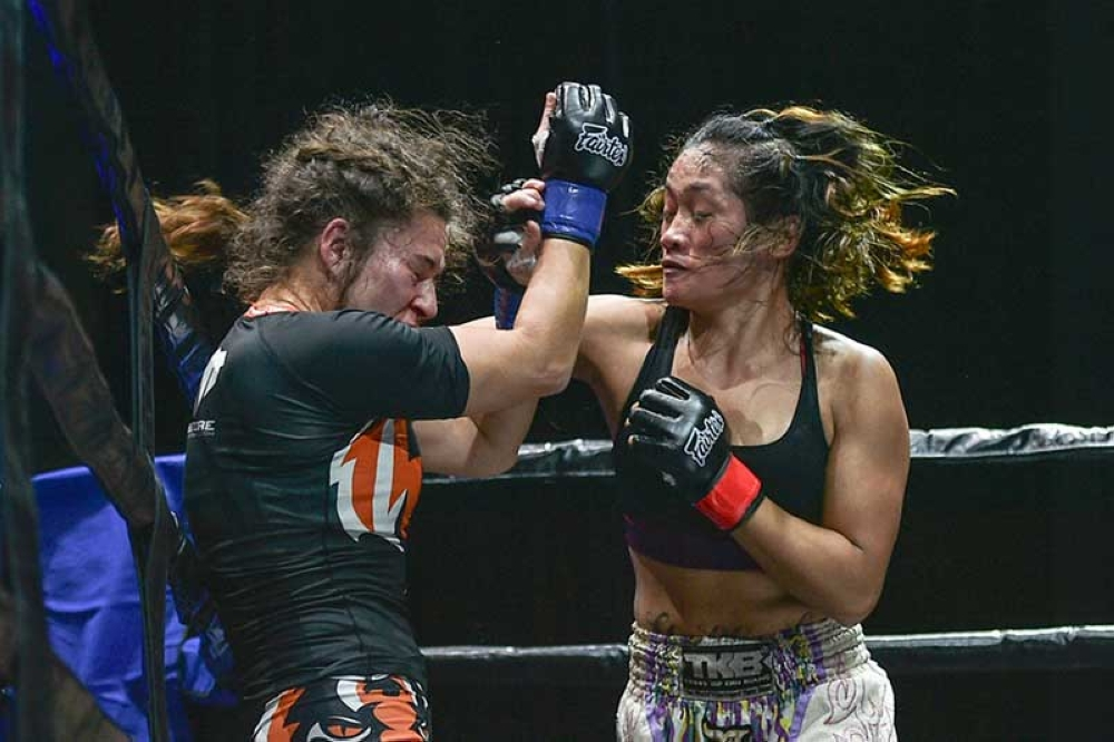 SINGAPORE. Jenelyn Olsim pummels Spain's Claudia Diaz during Rich Franklin's ONE Warrior Series (OWS) held in Singapore. Olsim won via decision. (ONE Championship photo)