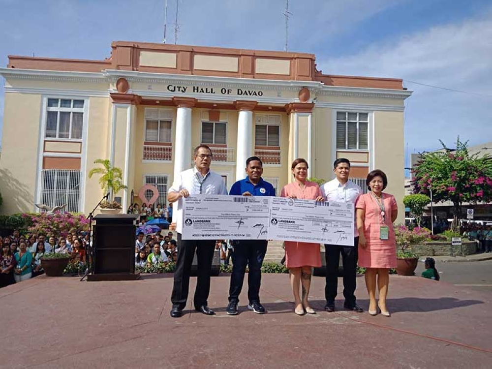 P4-M INCENTIVE. Davao City Mayor Sara Duterte-Carpio on Monday receives from Philippine Sports Commission-Philippine Sports Institute Southern Mindanao coordinator Pochollo Elegino, second from left, the P4-million cash incentives for the city's fourth overall finish in the Philippine National Games 2018. (Lyka Amethyst H. Casamayor)