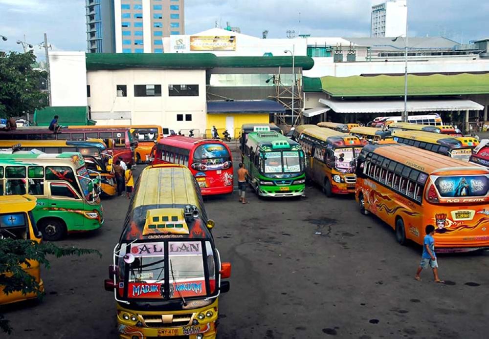 Umento. Mga operator sa bus ug mini bus mingpetisyon alang sa P4 nga umento sa minimum nga pletihan taliwa sa sigeng saka sa presyo sa lana. (File)