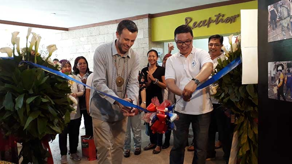 CAGAYAN DE ORO. Philip Roskamp (left), public affairs counselor of the US Embassy in the Philippines, and Rodel Roa (right), the founder and president of Naawan Helps Inc., lead the ribbon-cutting ceremony of the exhibit of photos and products of the groups that benefited from the #ForMindanao program last Saturday, October 13, in a beach resort in Opol, Misamis Oriental. (Jo Ann Sablad)