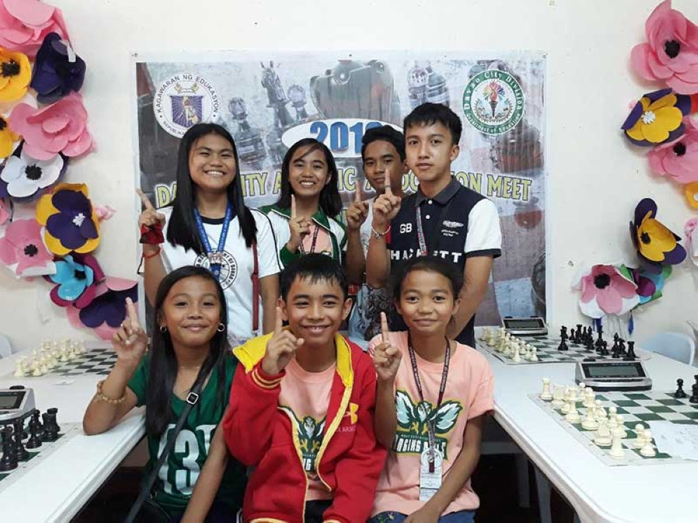 DAVAO. Chess gold medalists of the Davao City Athletic Association (Dcaa) Meet 2018 flash the No. 1 sign in a photo opportunity Wednesday. Seated from left - Monica Togonon, James Rhie Sullano, and Caerel Mantilla. Standing from left - Blanche Bongato, Irish Yngayo, Nicolas Bucog, Jr. and John Kenneth Tan. (Marianne L. Saberon-Abalayan)