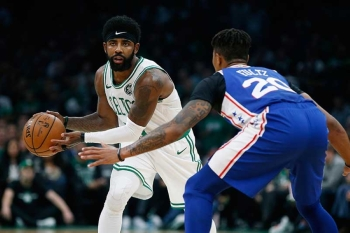 BOSTON. Celtics' Kyrie Irving looks to pass against Philadelphia 76ers' Markelle Fultz (20) during the first half of an NBA basketball game in Boston, Tuesday, Oct 16, 2018. (AP)